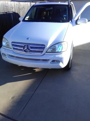 04 Mercedes Benz 500 4/4 super clean _20 inch Benz rims gud tires clean title sun roof TV for the kids in the roof for Sale in Dallas, TX