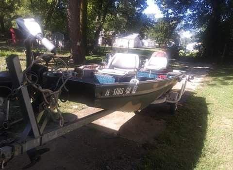 Photo 14 ft jon boat and trailer