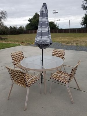 Photo Metal glass top patio table with umbrella