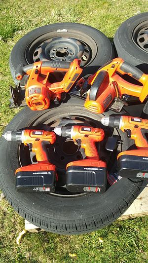 Photo Bunch of black and decker tools no chargers. Only one charger 18v