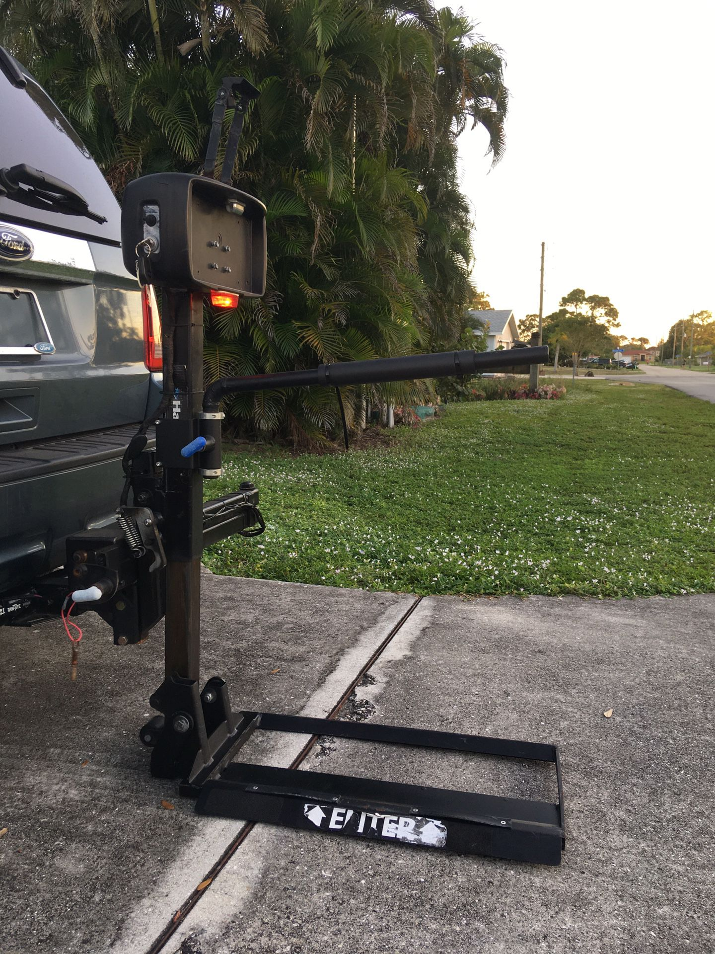 """Power Wheelchair Lift / in 2"""" hitch - D/C Powered"""