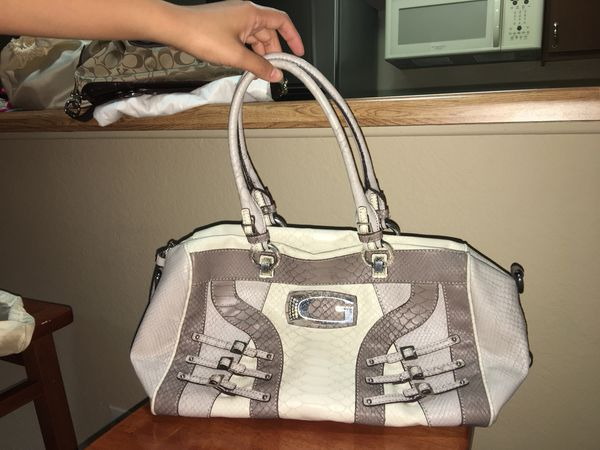 GUESS Shoulder Bag for Sale in Los Angeles bece4e9f0512b