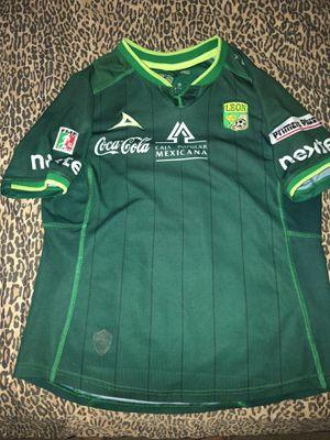 Leon jersey en muy buenas condiciones usada pero sin detalles es size medium y original for Sale in Perris, CA