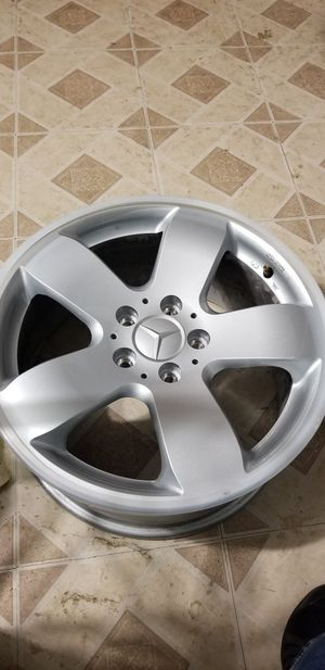 """18"""" mercedes Benz factory rims set of 4 2 set of center cap and 20 bolts for Sale in Hyattsville, MD"""