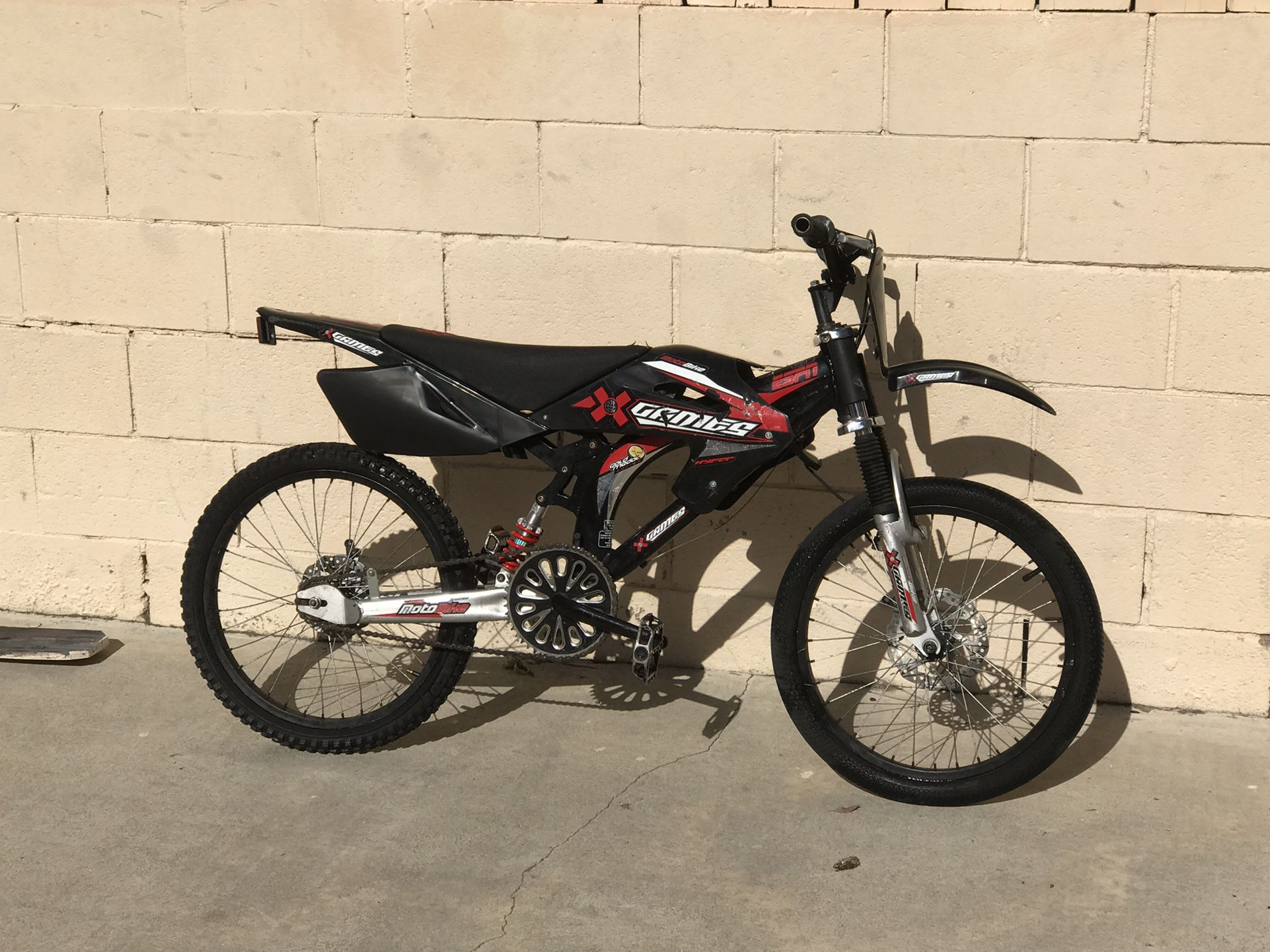 Photo pedal dirt bike need gone today ASAP 125$ or OBO