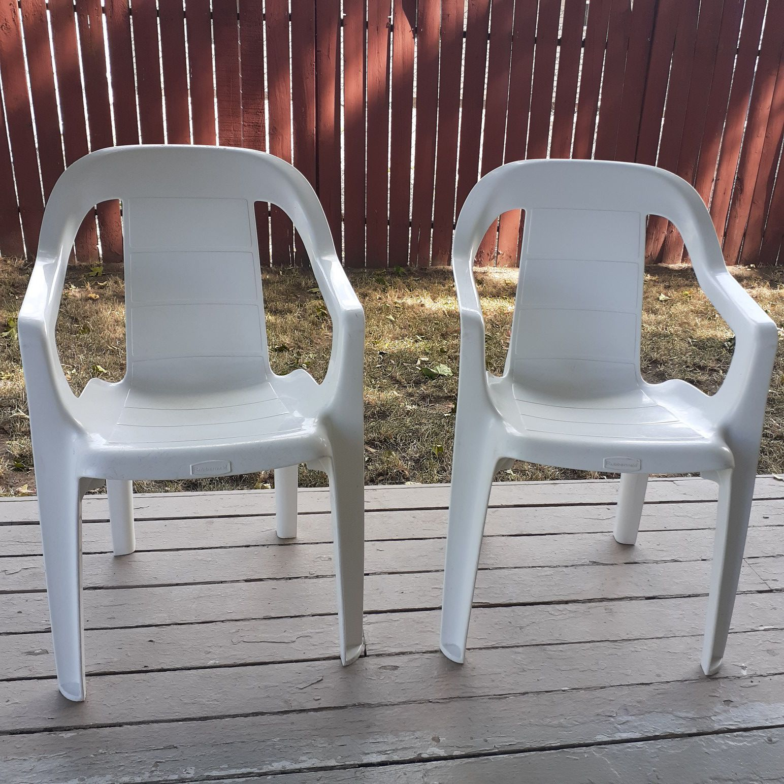 2 kids size rubbermaid outdoor chairs