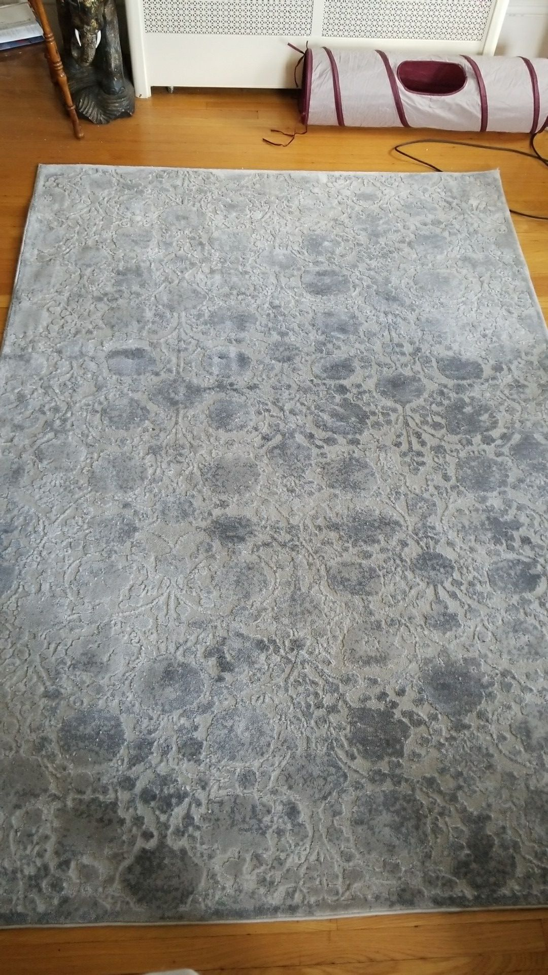 Grey/silver textured/patterned area rug (5x7)