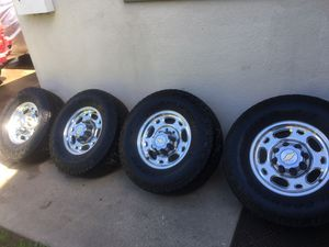 Photo Used tires and rims for a Chevrolet Suburban
