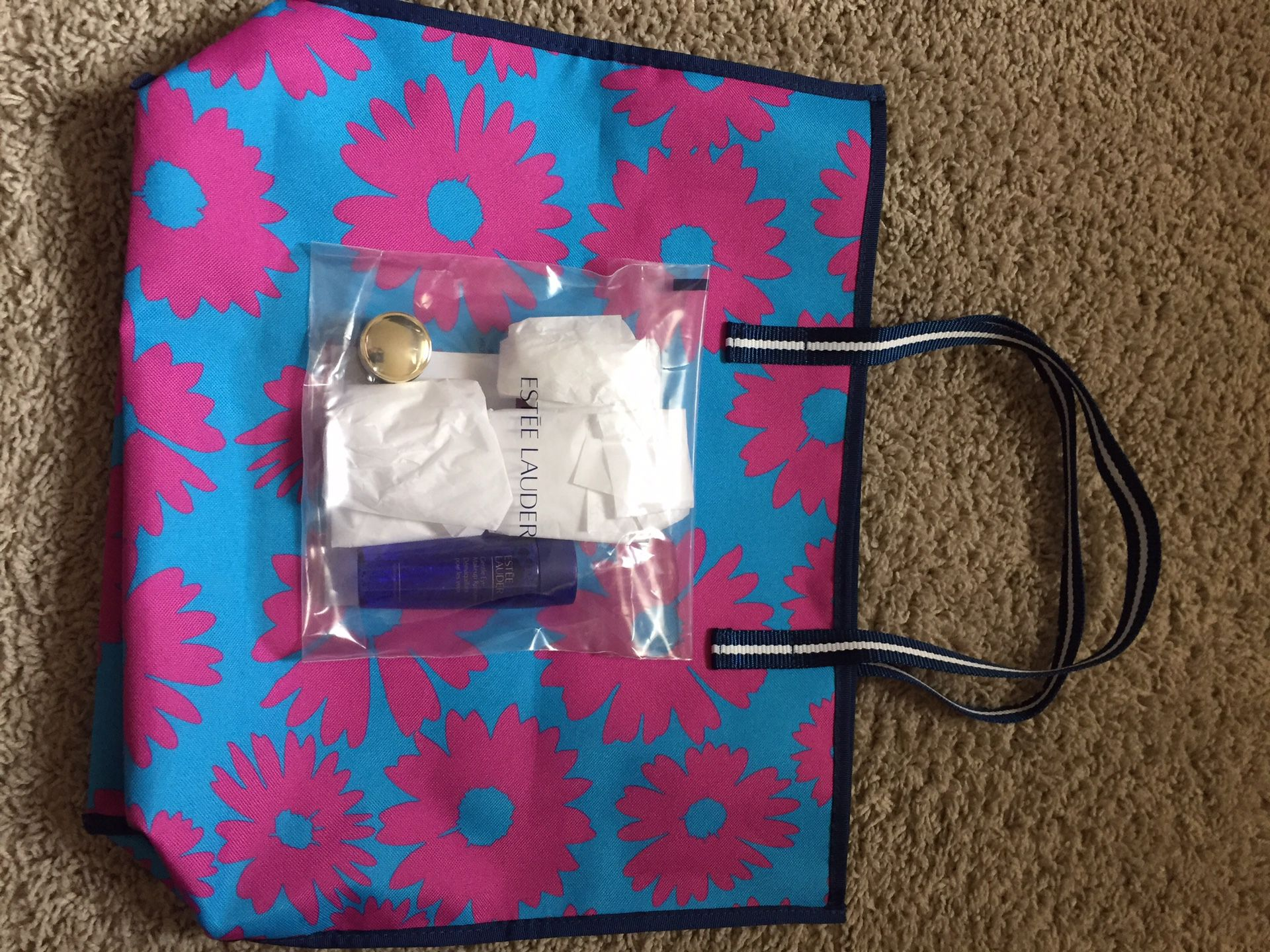 NEW ESTEE LAUDER SET WITH TOTE BAG ASKING $20.00 FIRM