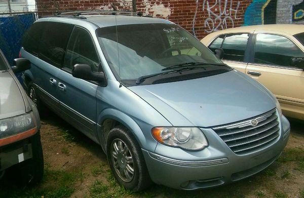 2006 Chrysler Town & Country mini van for Sale in Kansas City, MO