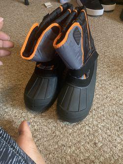 Kids size 5 snow boots Thumbnail