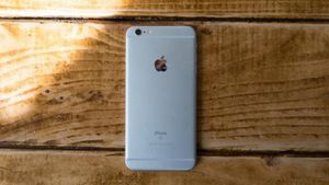 iphone s6 plus 64 GB unlocked any company small scratches español for Sale in Alexandria, VA