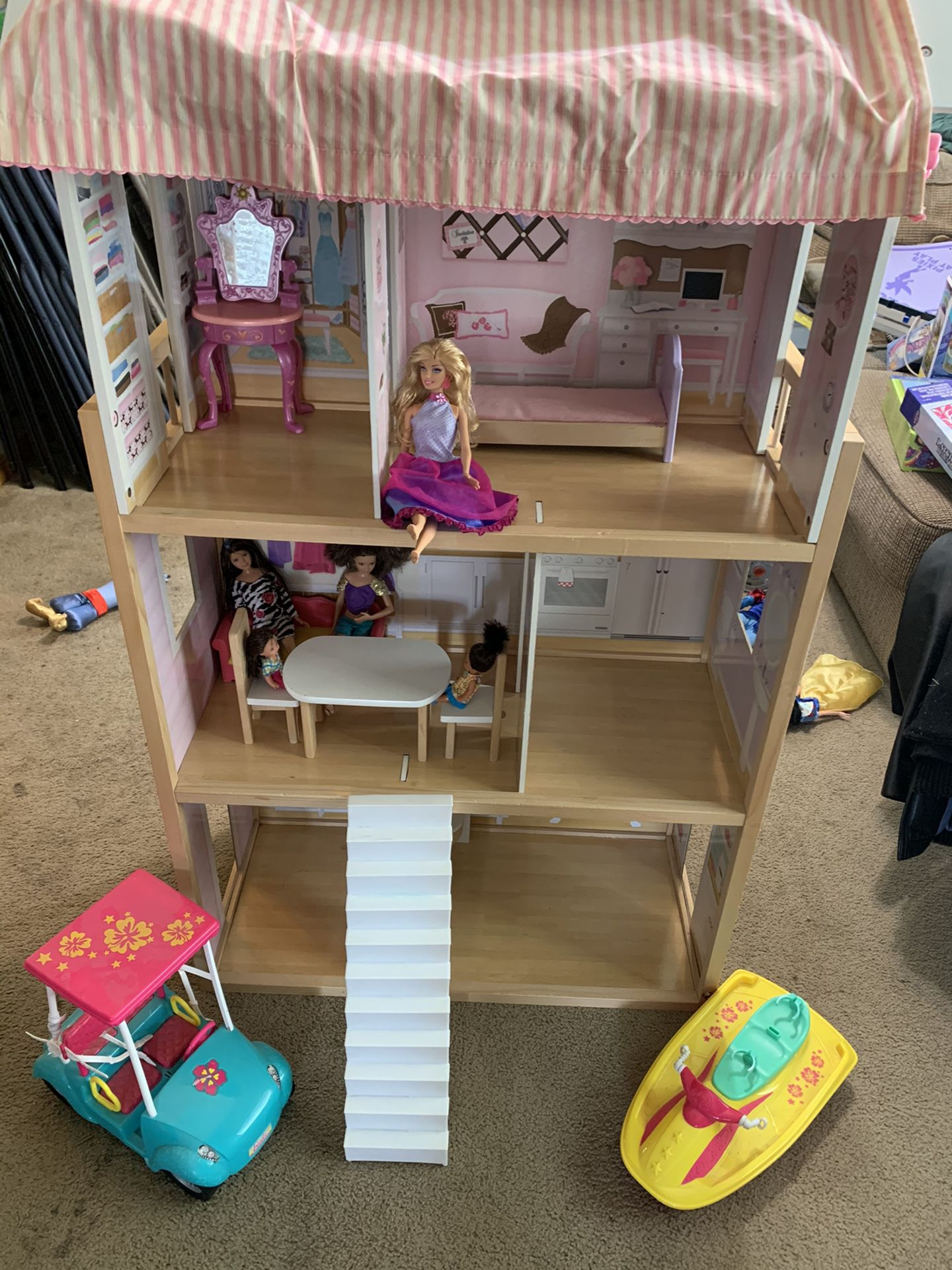 Doll House with a lot of dolls