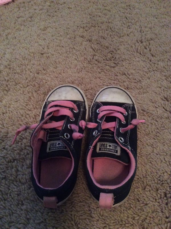 5b36fe5ad426 Girls pink and black converse for Sale in Gilbert