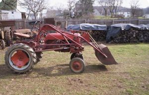 Photo Tractor / Farmall cub / front end loader / woods 42 mower