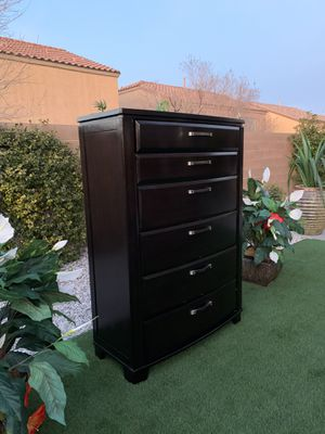 Photo BEAUTIFUL DARK BROWN HUGE DRESSER-ASHLEY FURNITURE ( FREE DELIVERY 🚚 FIRM PRICE $300 ) GREAT CONDITION 👌🏻