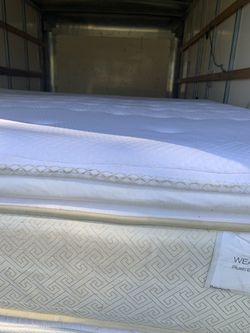 King size mattress and box spring very good condition posturepedic Free Delivery 🚚 Thumbnail