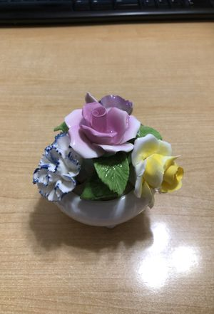 Antique Porcelain Radnor Bone China Flowers In Vase Staffordshire England Vintage In Excellent Condition for Sale in Winter Haven, FL