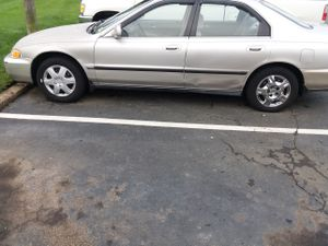 Bendo un Honda Accord 96 cilinder 4 con 113mil millas buenas condiciones for Sale in Herndon, VA