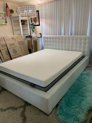 Photo Gorgeous queen platform bed frame+Beautyrest memory foam mattress