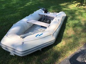 4 passengers dingy/ 3 air compartments / electric motor / batería/ battery storage box /aluminum floor / 9 months old for Sale in Rockville, MD
