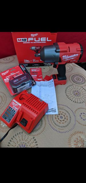 Photo MILWAUKEE M18 FUEL 18-VOLT LITHIUM ION BRUSHLESS CORDLESS 1/2 IN HIGH TORQUE IMPACT WRENCH WITH HIGH CAPACITY 5.0AH BATTERY AND CHARGER KIT