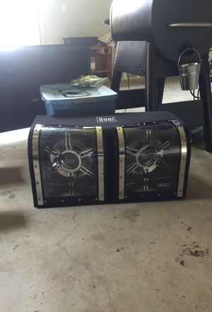 Photo Dual subwoofers and 1100 watt amp
