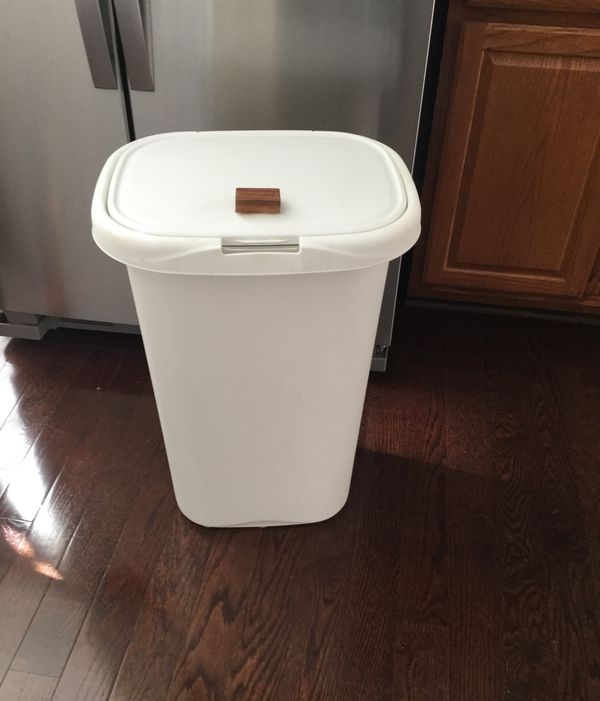 White Rubbermaid Kitchen Trash Can With Lid For Sale In Downingtown