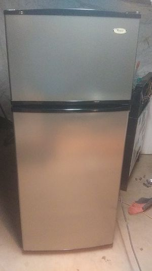 Top frezeer Whirlpool stainless steel 45 day warranty for Sale in Phoenix, AZ