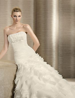 Lovely Organza fitted bodice with ruffle skirt wedding dress for Sale in Fort Washington, MD