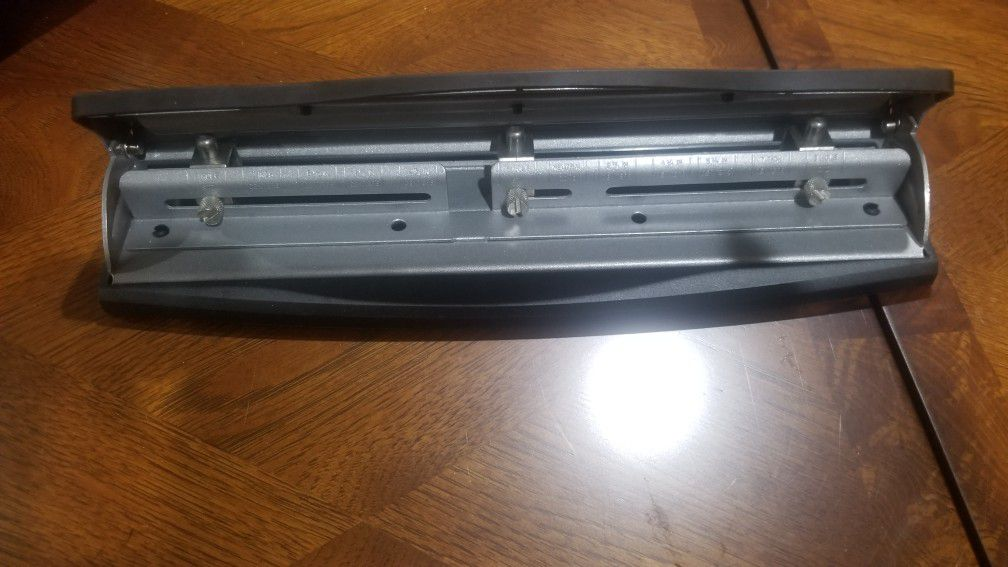 3 hole punch (staples brand)