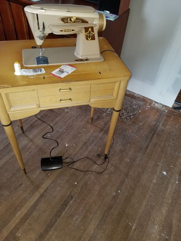 Vintage singer sewing machine(fold away) w/table for Sale in Hayward, CA -  OfferUp