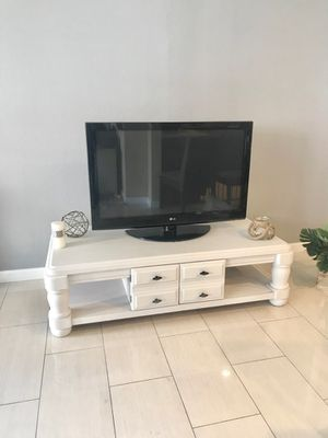 Photo Vintage Wooden TV entertainer / coffee table Vintage wooden TV Stan can be use as an elegant coffee table as well, with a cabinet in the middle,