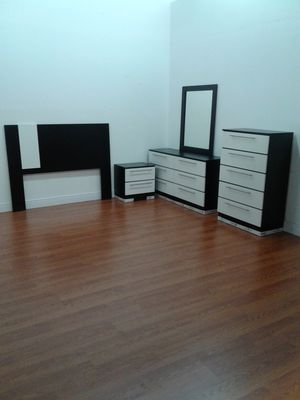Photo BEAUTIFUL, NEW, 5 piece bedroom set in black and white. PRICED right.