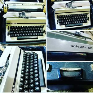 WORKING mid-century modern Satellite 2001 electric typewriter in case! for Sale in Cleveland, OH