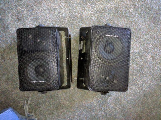 2 speakers with mounts