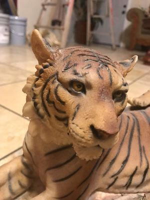 """Collectible Tiger Statue 