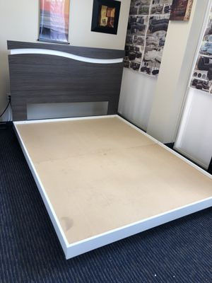 QUEEN PLATFORM BED FLOOR SAMPLE $199 cash ( GREY AND WHITE ) for Sale in Hialeah, FL