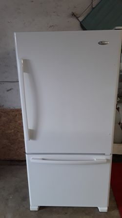 Beautiful 22 cubic foot bottom freezer pull out Whirlpool Gold with ice maker Thumbnail