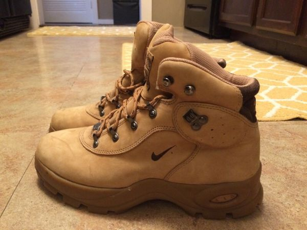 942a330b30876 Vintage mens Nike acg hiking boots 10 for Sale in Putnam