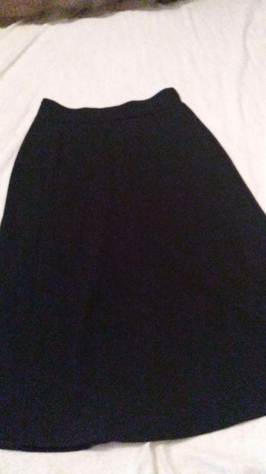 una falda negra talla M para mujer