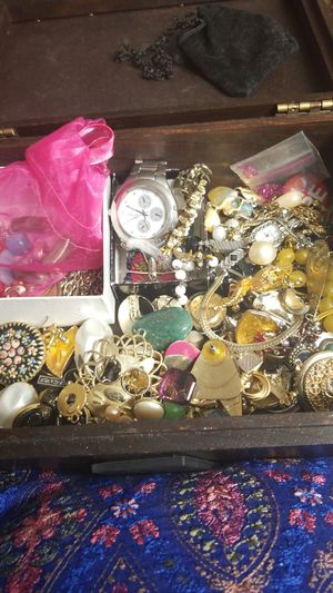 VINTAGE TREASURE JEWELRY BOX for Sale in Springfield, VA