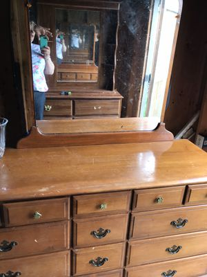 Photo Antique dressers with mirrors