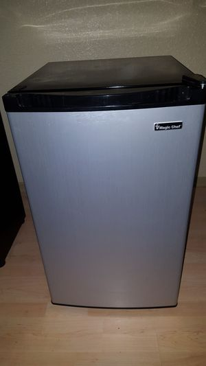 MAGIC CHEF 4.4 cu. ft STAINLESS STEEL COMPACT MINI REFRIGERATOR & FREEZER #HMBR440SE for Sale in Houston, TX