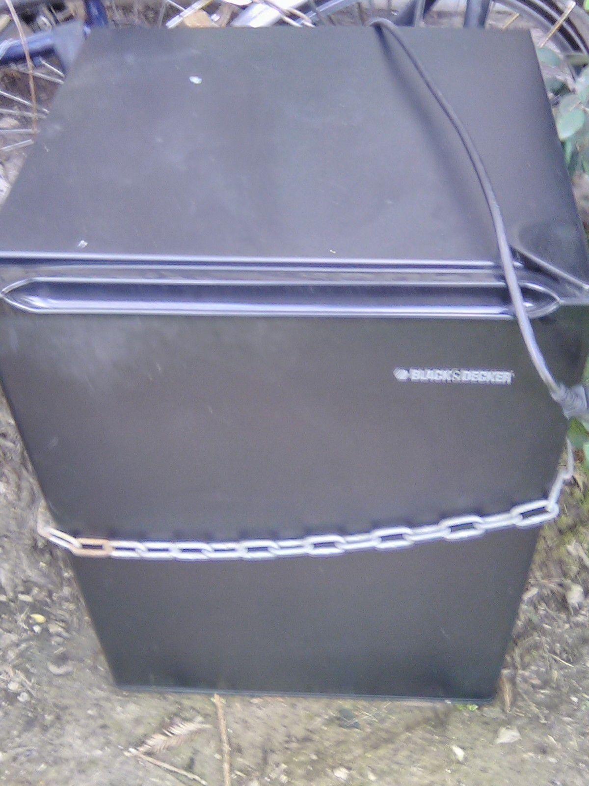 Black n decker black mini fridge