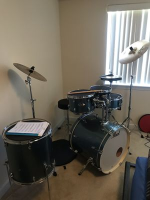 Pearl 5 piece drum set with 2 pairs of sticks for Sale in Fairfax, VA