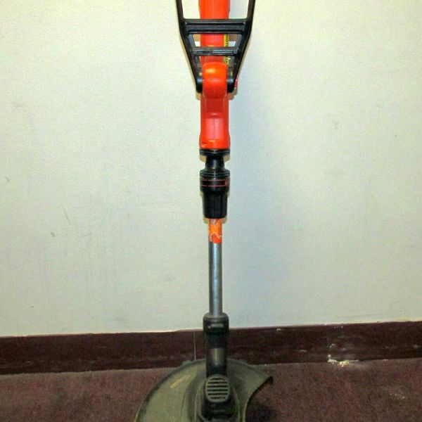 BLACK + DECKER EASYFEED 20-VOLT STRAIGHT CORDLESS ELECTRIC STRING TRIMMER  EDGER for Sale in Oak Park, IL - OfferUp