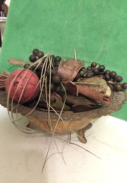 Brass bowl with feet and potpourri Thumbnail