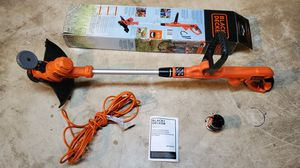 Photo Black & Decker trimmer / edger with 25' extension cord and 3 spools of string