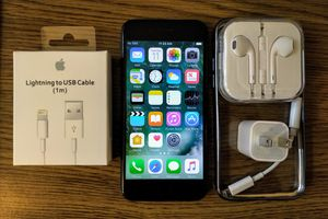 Iphone 7 (4.7') UNLOCKED 128GB w/ Accessories (Jet Black) for Sale in Arlington, VA